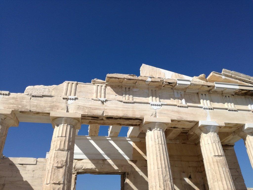 Tempio greco in marmo con colonne e decorazioni geometriche dettaglio
