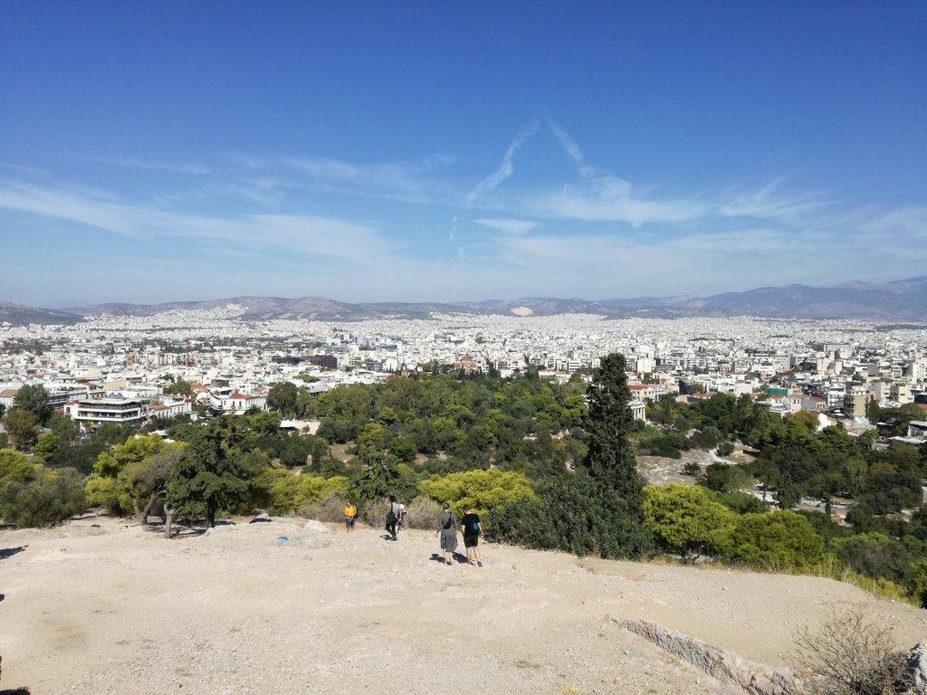 Vista panoramica su città di Atene da montagna con case, monti e cielo