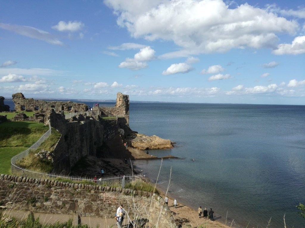 Vista del Castello di Saint Andrews dalla collinetta