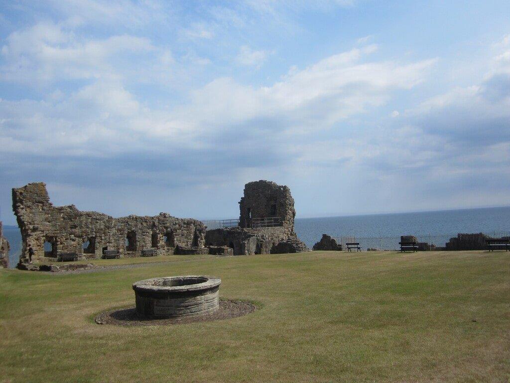 Le rovine e il pozzo nel cortile interno del Castello di Saint Andrews con il mare sullo sfondo