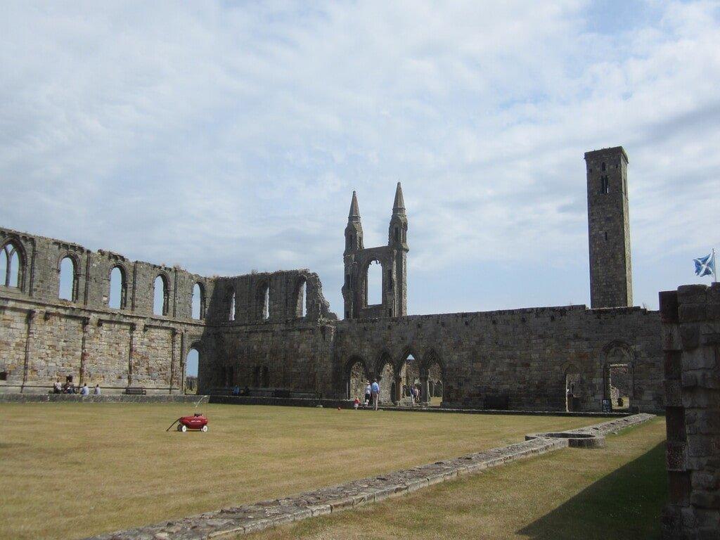 Il prato all'interno della Cattedrale di Saint Andrews, circondato dalle rovine dell'edificio