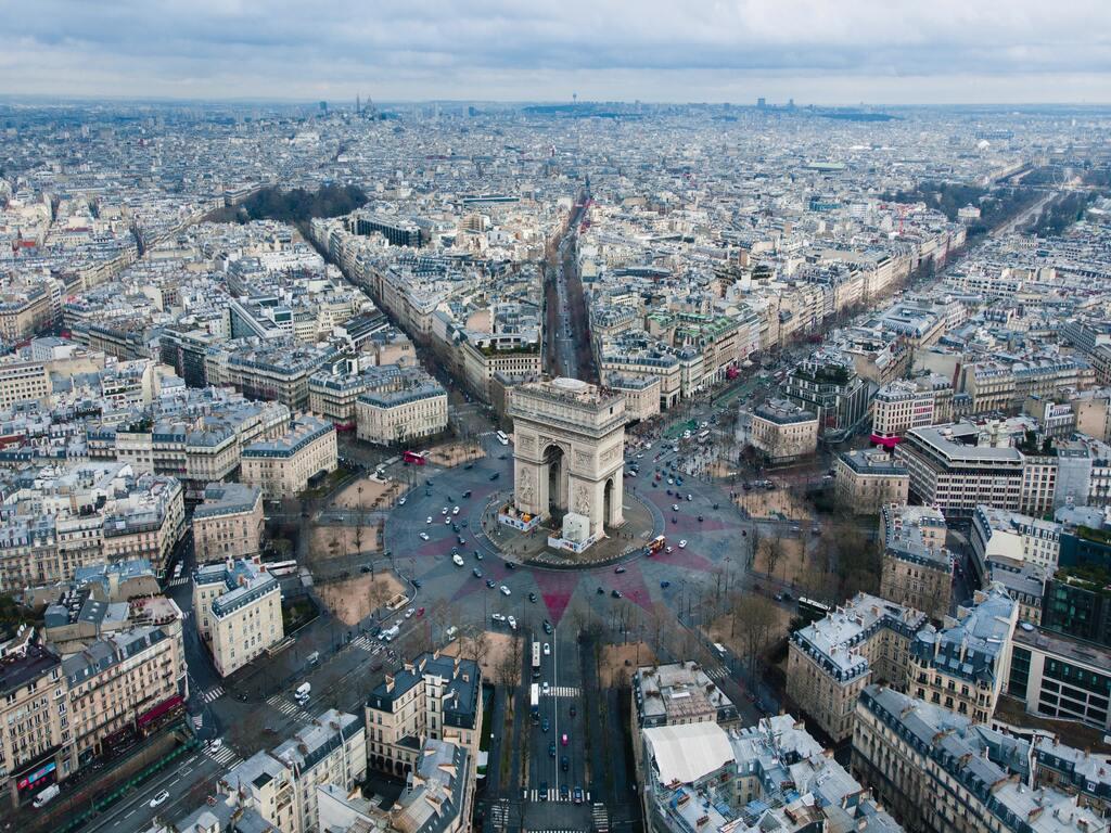 L'arc du triomphe e gli edifici della capitale francese visti dall'alto