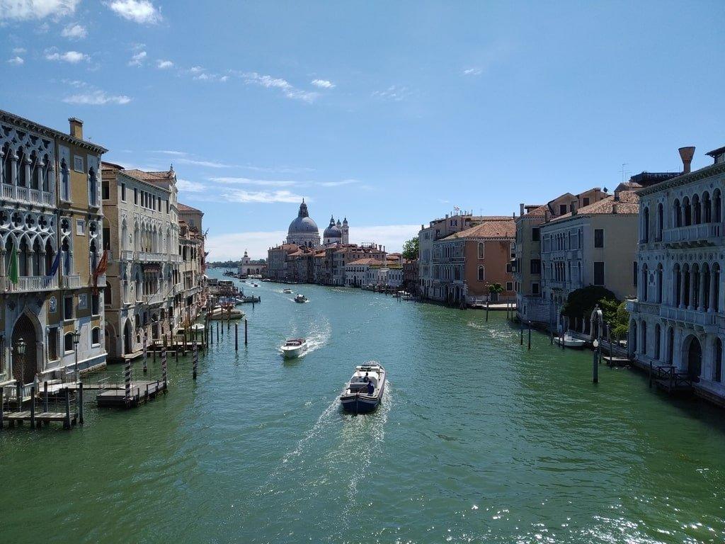 Vista del Canal Grande e di Punta della Dogana dal Ponte dell'Accademia.