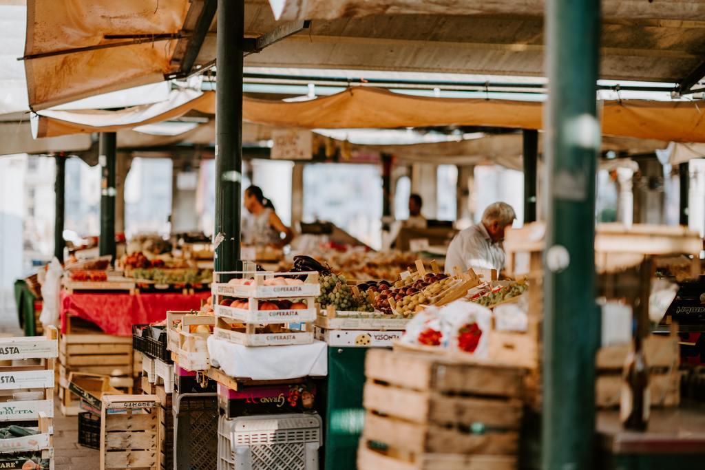 Frutta e verdura nelle cassette di un mercato all'aperto.