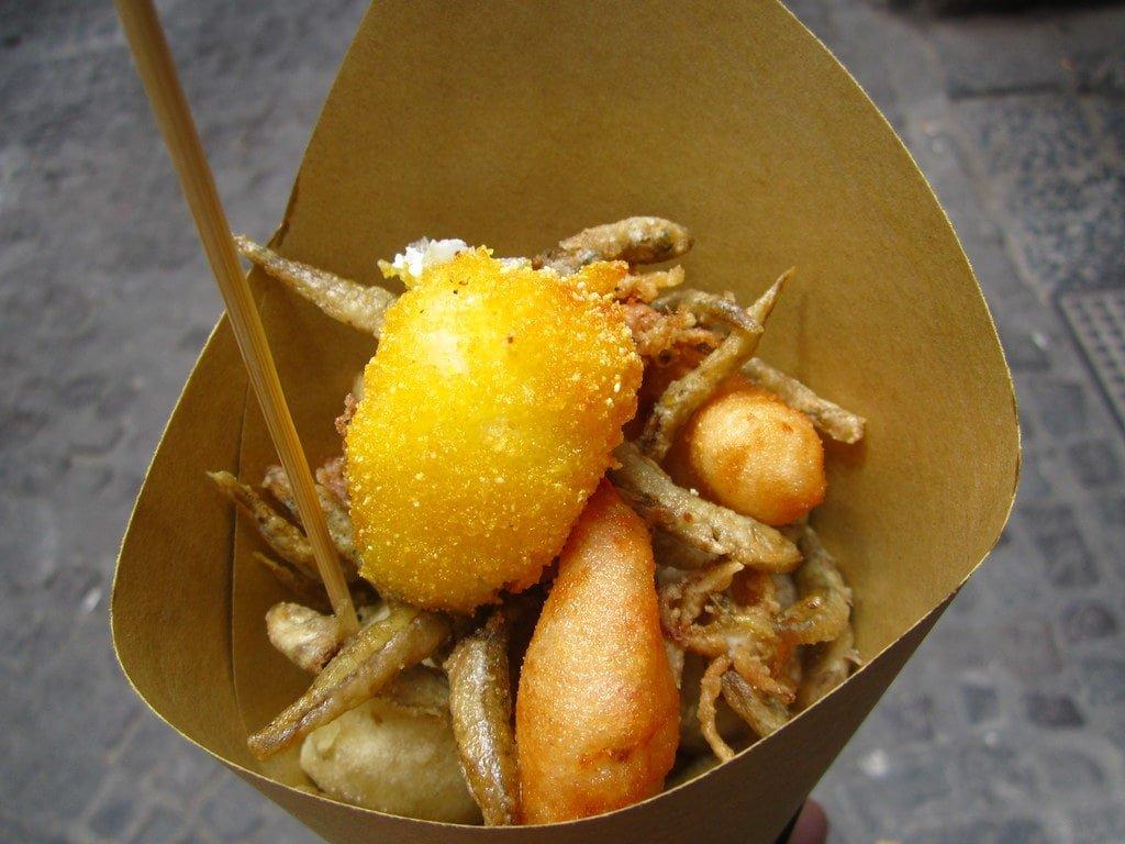 Un cuoppo di pesce fritto da Via dei tribunali a Napoli