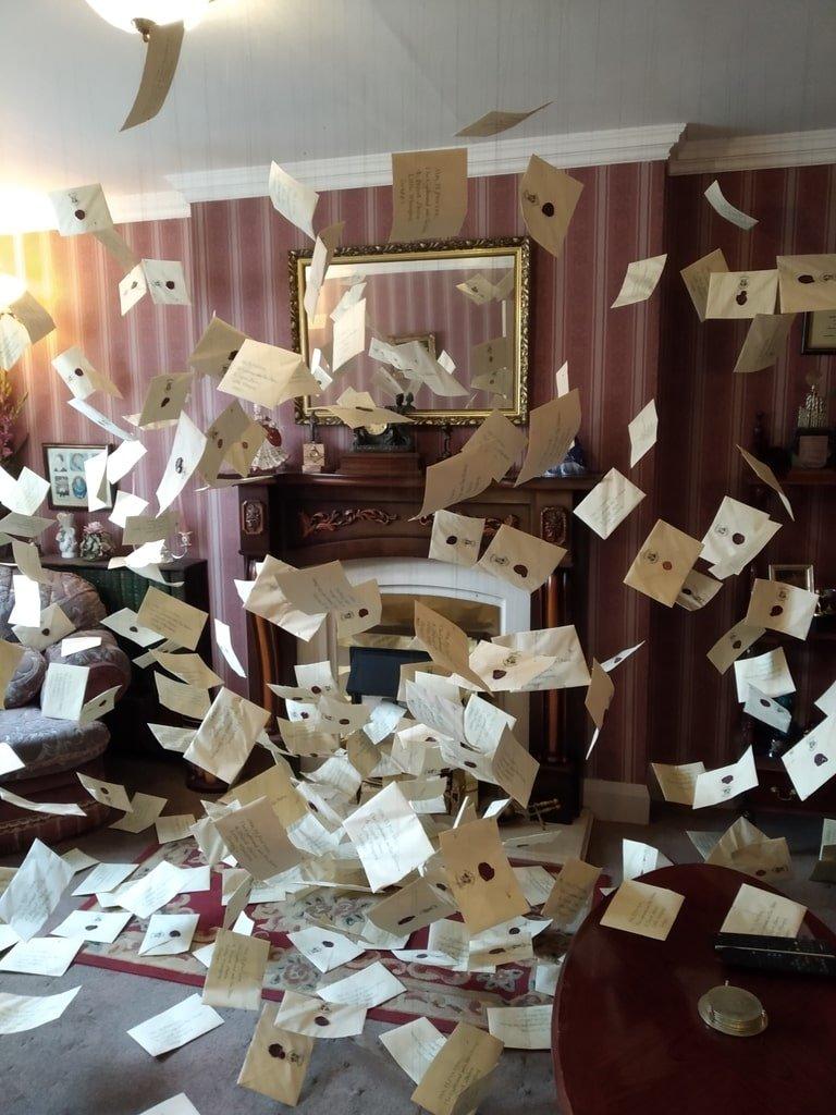 L'interno del numero 4 di Privet Drive pieno di lettere svolazzanti ai Warner Bros Studio Tour - The Making of Harry Potter a Londra
