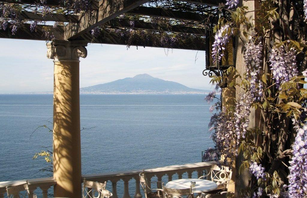 La terrazza di un ristorante con vista sul Golfo di Napoli e sul Vesuvio