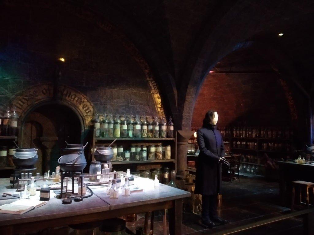 L'aula di pozioni con la statua di Severus Piton ai Warner Bros Studio Tour - The Making of Harry Potter a Londra