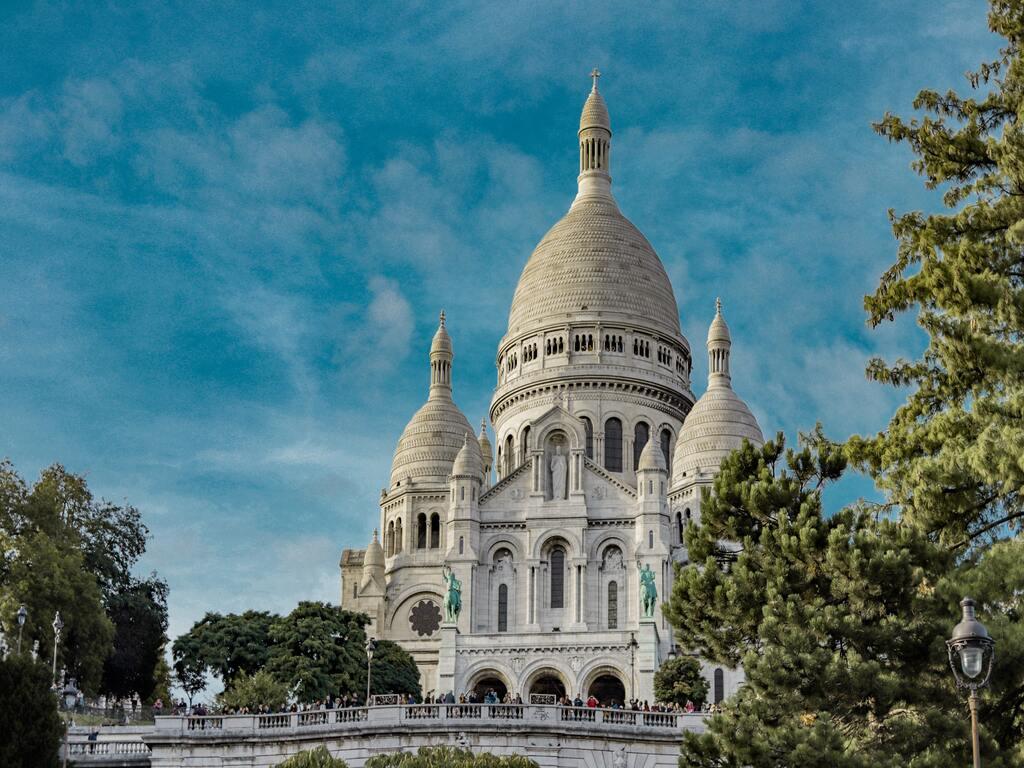 La Basilica di Sacro Cuore di Parigi in una giornata di sole.