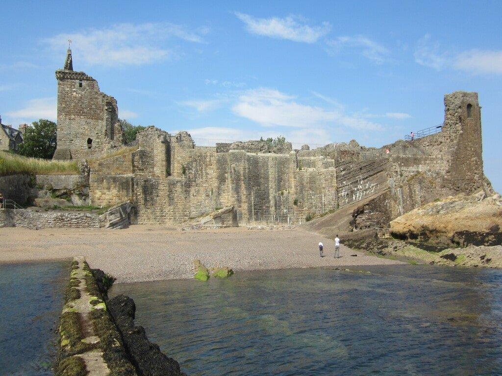 Vista del castello di Saint Andrews da un camminamento sul mare