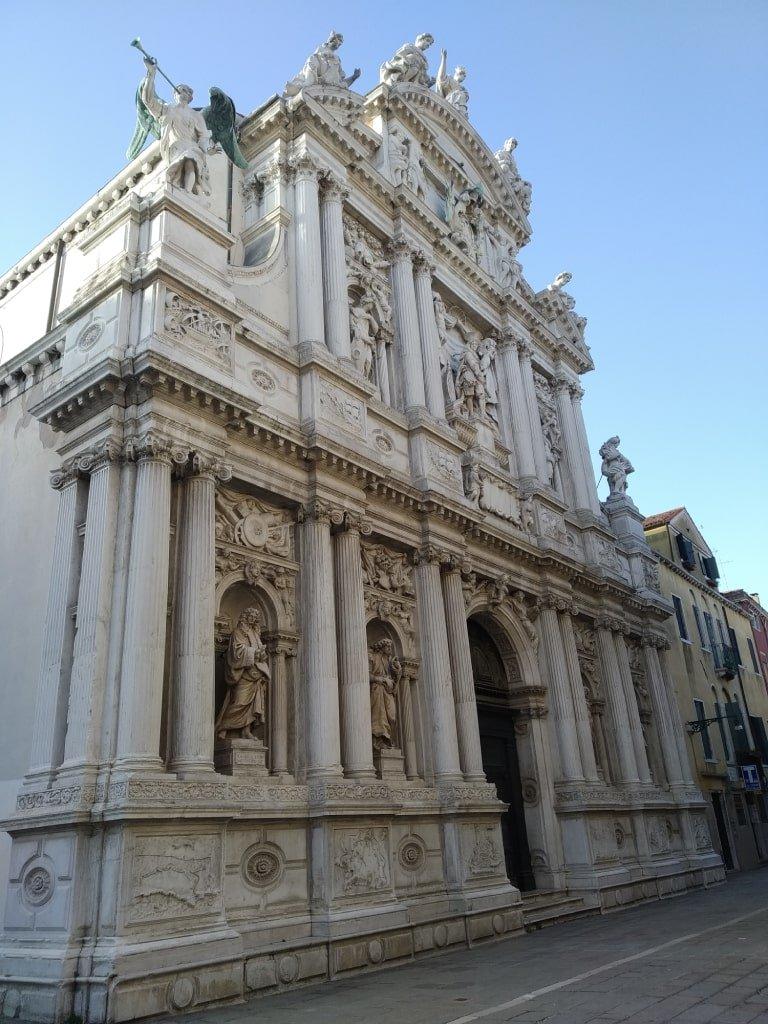 La facciata della Chiesa di Santa Maria del Giglio a Venezia.