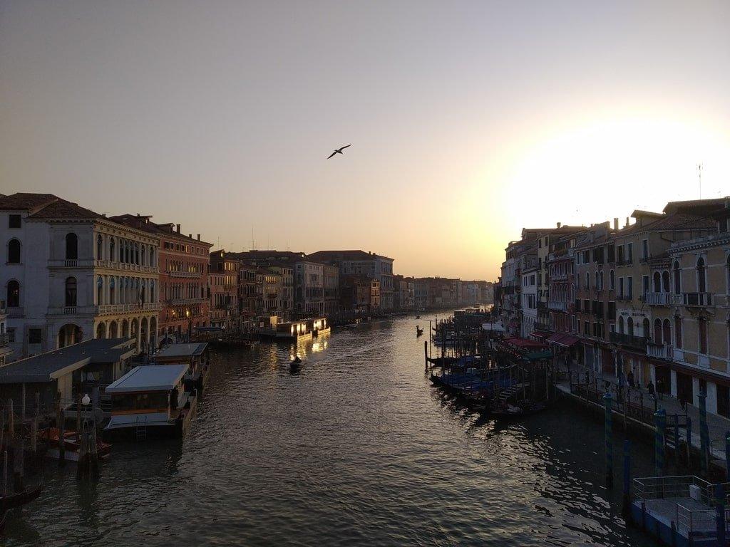 Il Canal Grande visto dal Ponte di Rialto durante il tramonto.