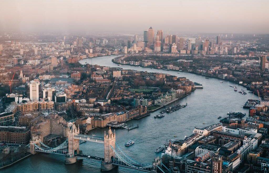 Una foto del fiume Tamigi e del Tower Bridge di Londra visti dall'alto