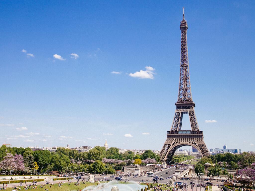 Le Torre Eiffell e i Campi di Marte durante una giornata estiva.