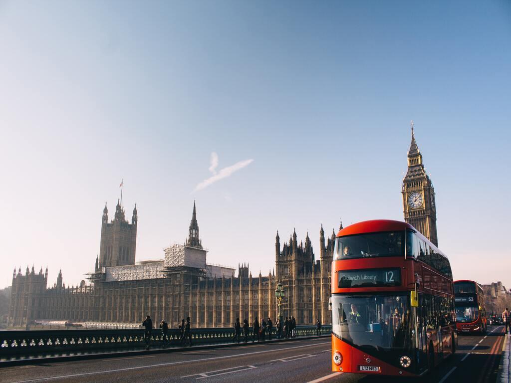 Un autobus londinese di fronte al Big Ben e al palazzo di Westminster