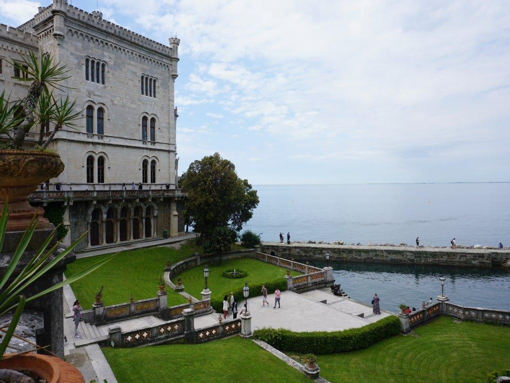 Vista della baia e del giaridino dall'alto del Castello di Miramare a Trieste.