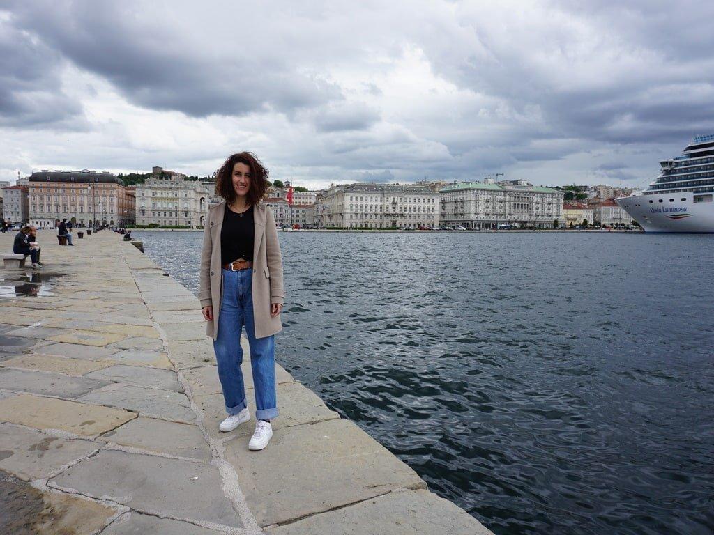 Una ragazza sul bordo del Molo Audace a Trieste.