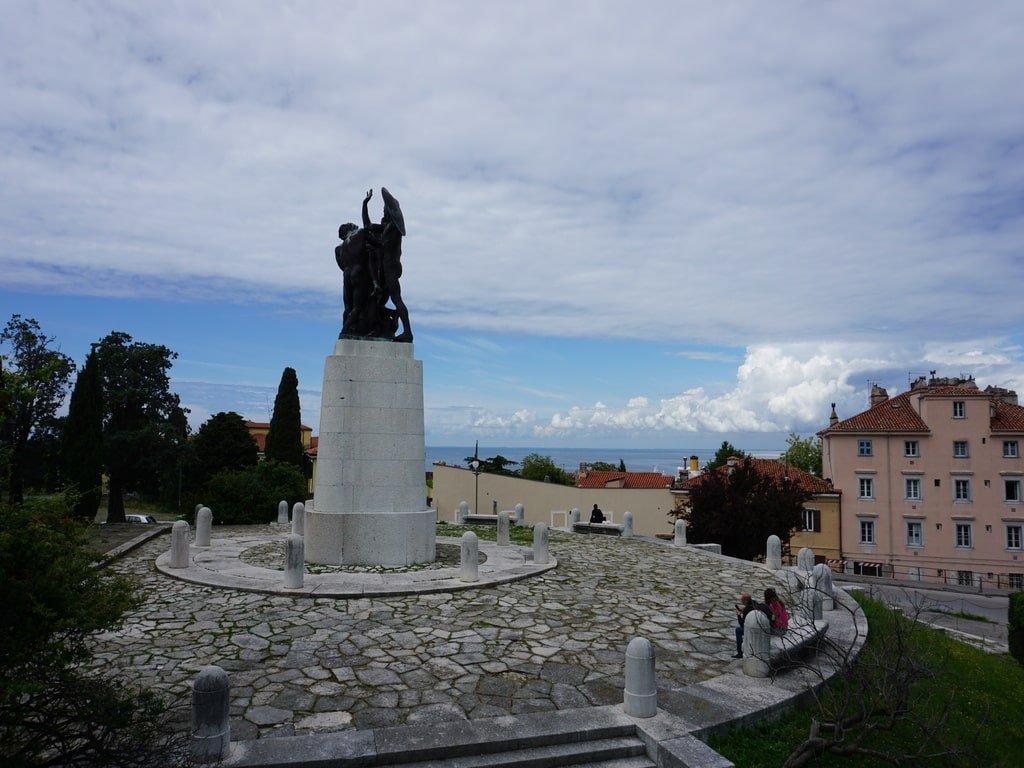 Monumento agli erori vicino alla Chiesa di San Giusto a Trieste.