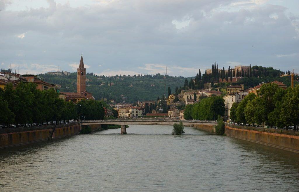 Vista di Castel San Pietro e del fiume Adige da uno dei ponti di Verona
