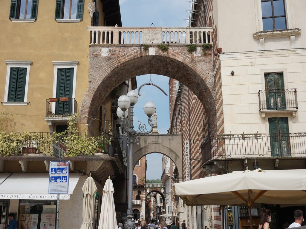 Square with arch that mantains a whale ribs over the city door