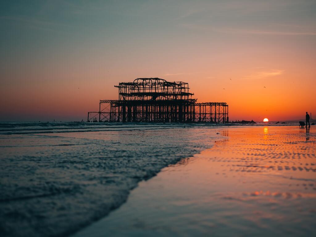 Le rovine del Brighto West Pier al tramonto.
