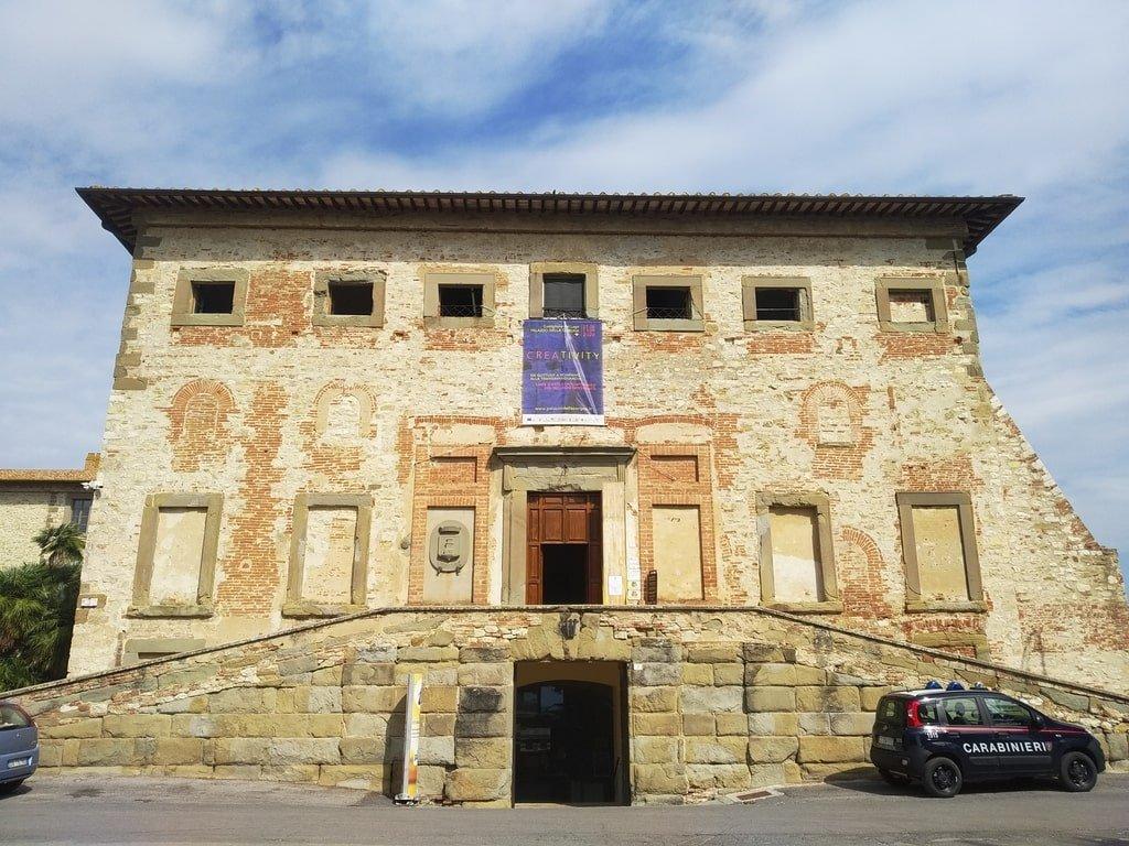 La facciata del Palazzo della Corgna, sede del municipio di Castiglione del Lago