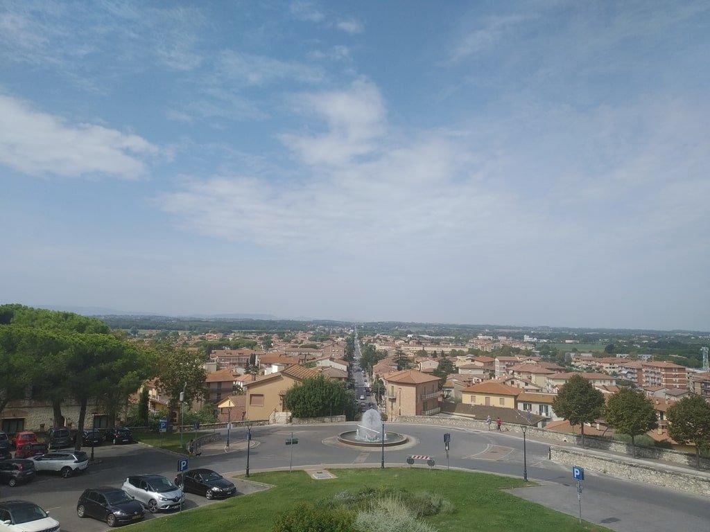 La vista della cittadina dall'ingresso della Porta Senese a Castiglione del Lago