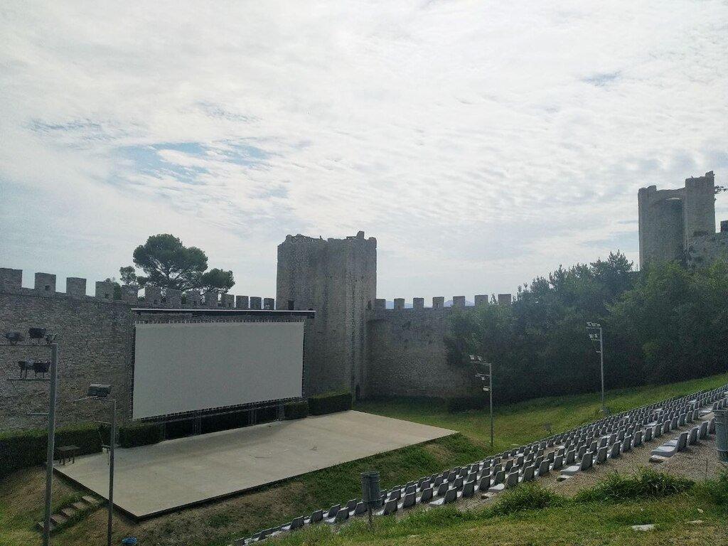 Il teatro interno alla Rocca del Leone, circondato da cinta murarie