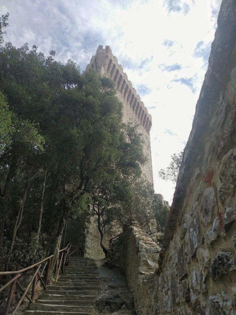 La scalinata di salita verso la torre, vicino all'ingresso della Rocca del leone