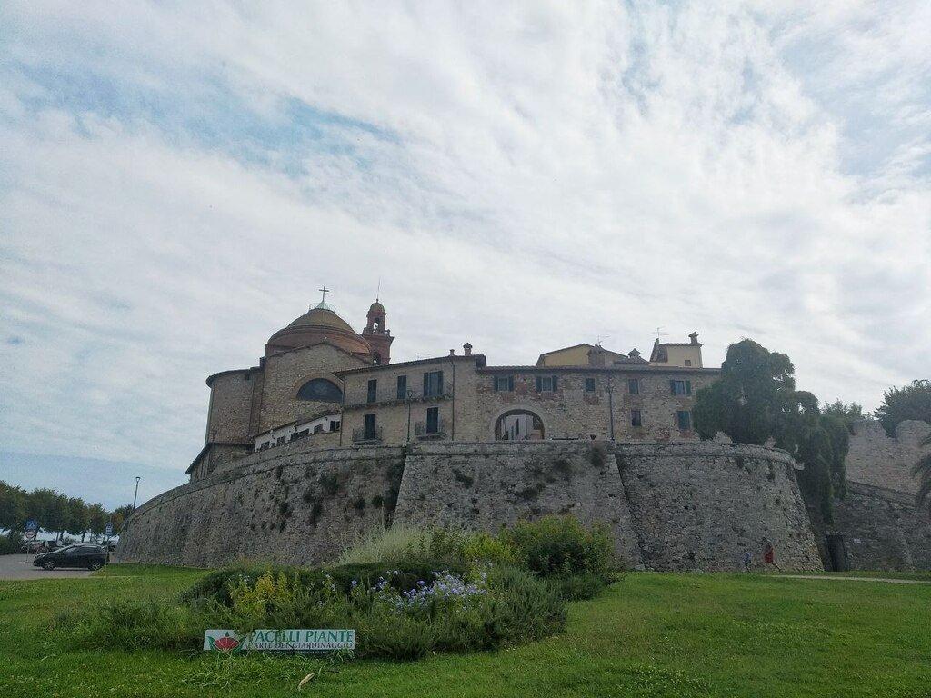 L'ingresso del borgo medievale dalla Porta Senese