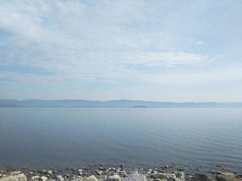 Vista del lago di Trasimeno durante una giornata afosa