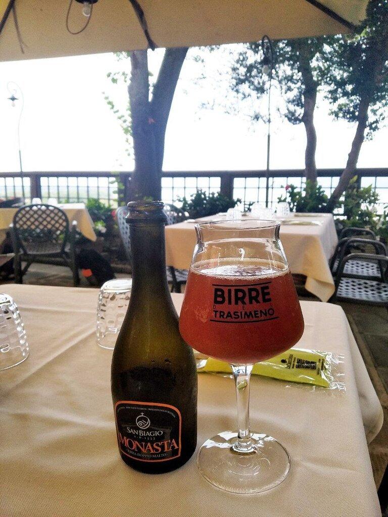 Un calice di birra umbra su di una tovaglia di un ristorante a Castiglione del Lago