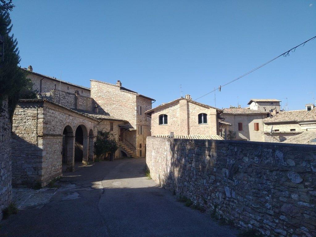 Case in mattoni all'interno dell'Anfiteatro Romano di Assisi, in Umbria.