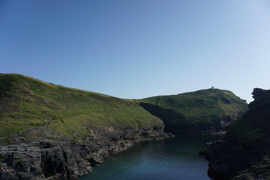 Il piccolo fare sulle colline di Boscastle in Cornovaglia visto dal fiordo