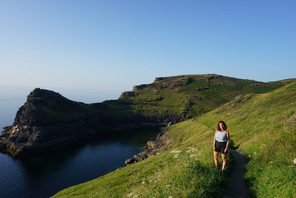 Vista dell'imboccatura naturale al porto di Boscastle in Cornovaglia con una ragazza