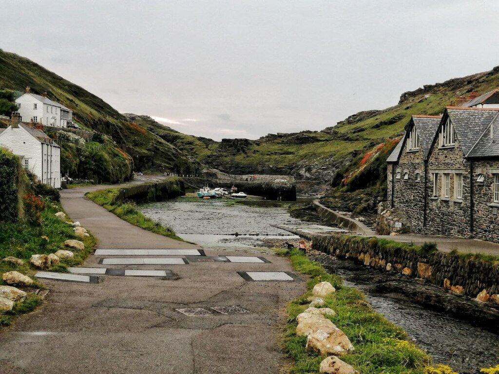 Il porto di Boscastle in Cornovaglia con i piccoli cottage ai due lati del ruscello.