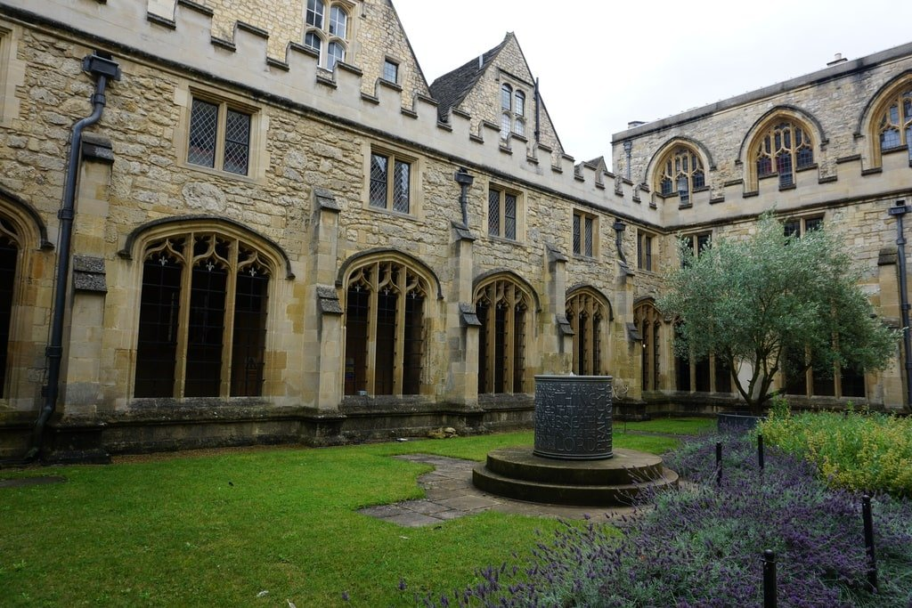 Uno dei cortili interni del Christ Church College con lavanda e un pozzo.