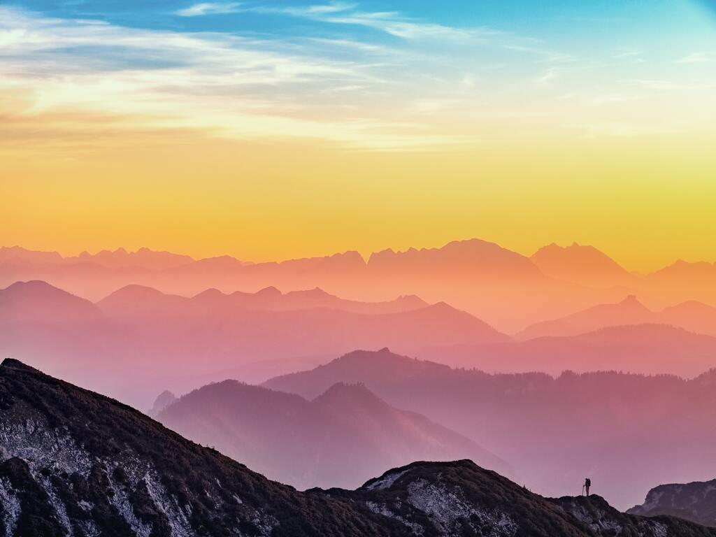 Un tramonto di molti colori visto sulle montange
