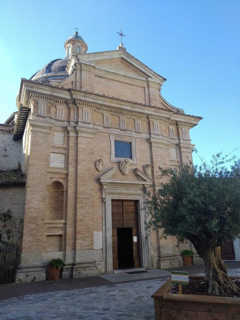 La facciata esterna della Chiesa Nuova ad Assisi.