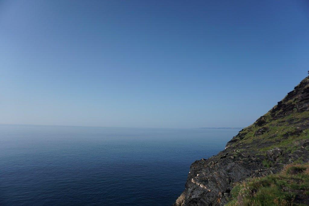 Vista dell'Oceano Atlantico dalle scogliere a Boscastle in Cornovaglia