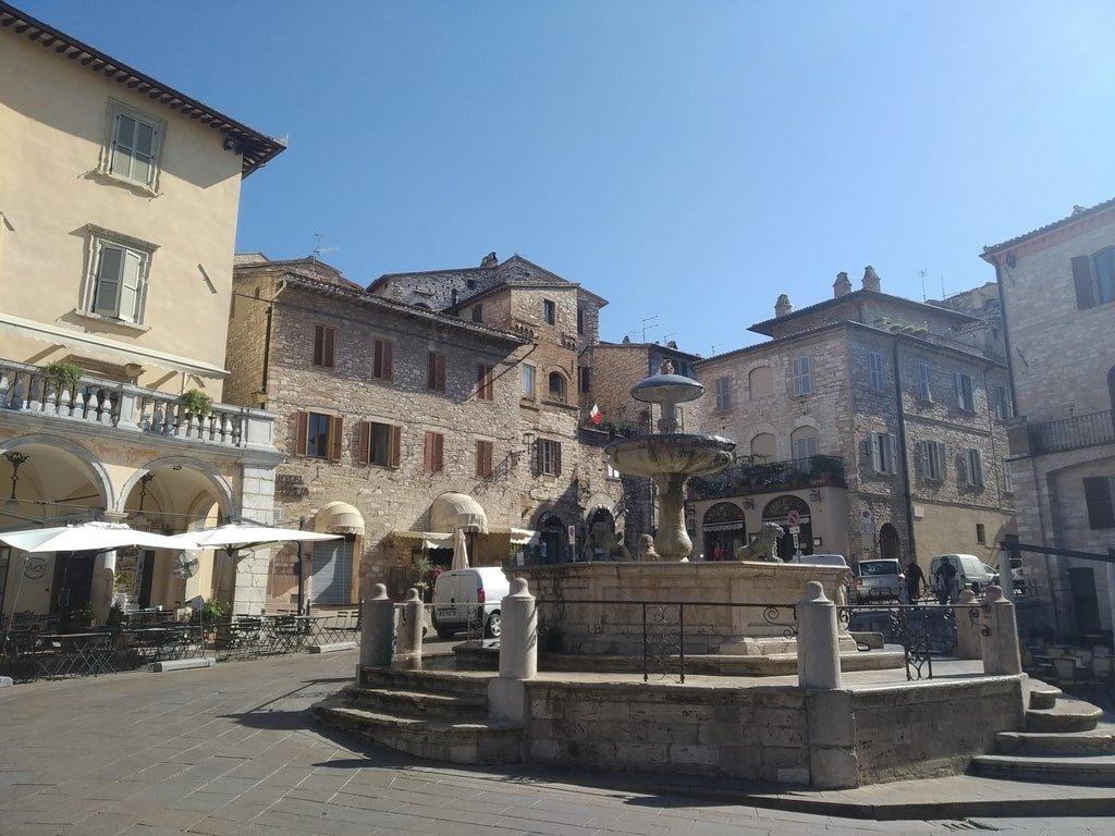 La fontana dei tre leoni nella Piazza del comune ad Assisi, Umbria