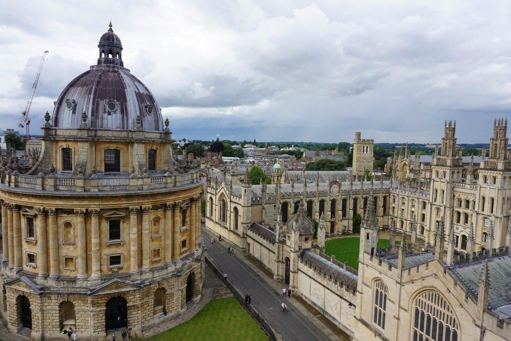 La Radcliffe Camera e l'All Souls College visti dall'alto della torre dell'University Church of St Mary.