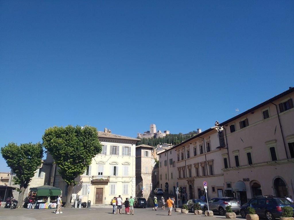 Vista della Rocca Grande dalla Piazza del Comune ad Assisi.