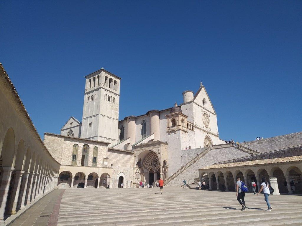 Il cortile circondato da porticati nella Basilica di San Francesco d'Assisi.