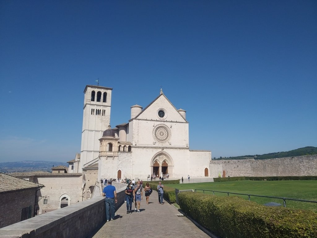 La facciata della chiesa superiore della Basilica di San Francesco d'Assisi.
