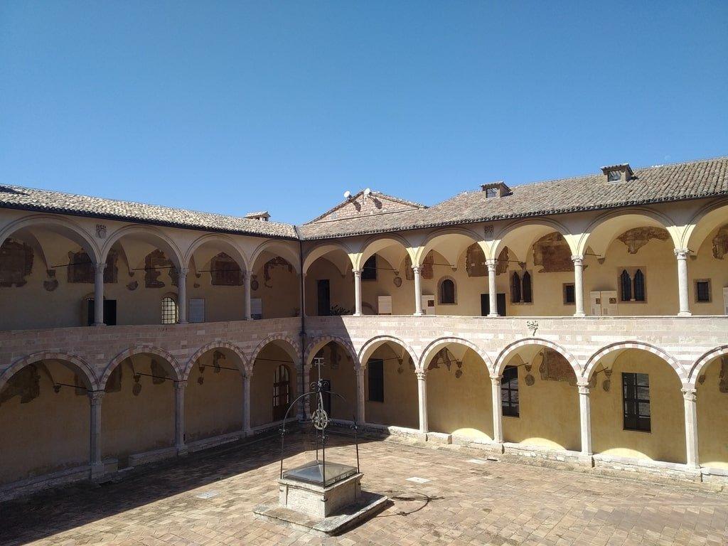 I porticati del cortile interno della Basilica di San Francesco d'Assisi.