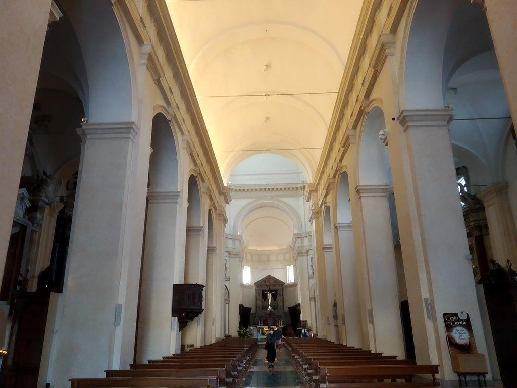 La navata interna della Cattedrale di San Rufino ad Asissi.