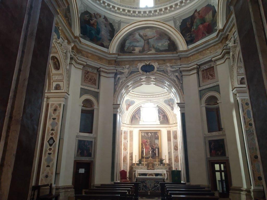 L'interno della Chiesa Nuova ad Assisi, decorato da mosaici e dettagli in marmo.