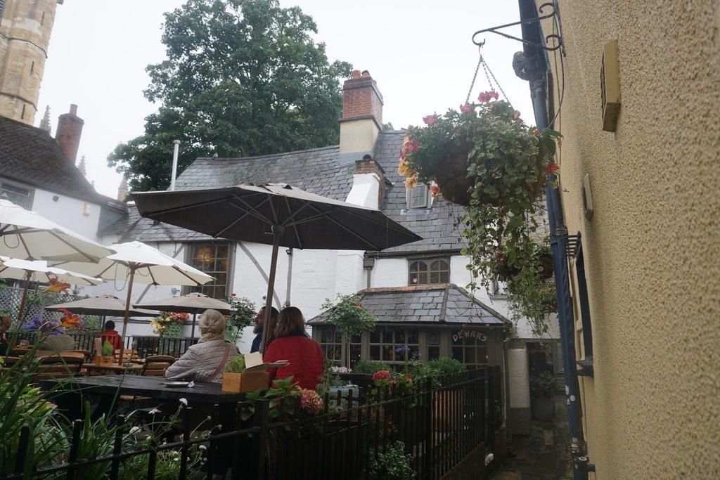 Uno dei giardini esterni del Turf pub a Oxford.