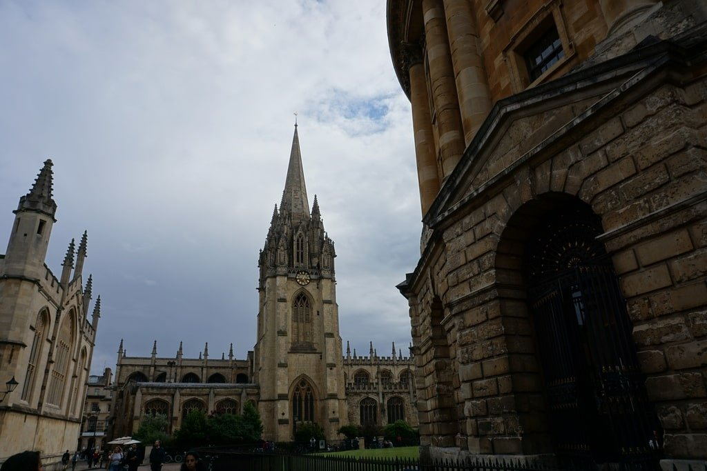 La torre dell'University Church of St Mary vista da uno dei lati della Radcliffe Camera.